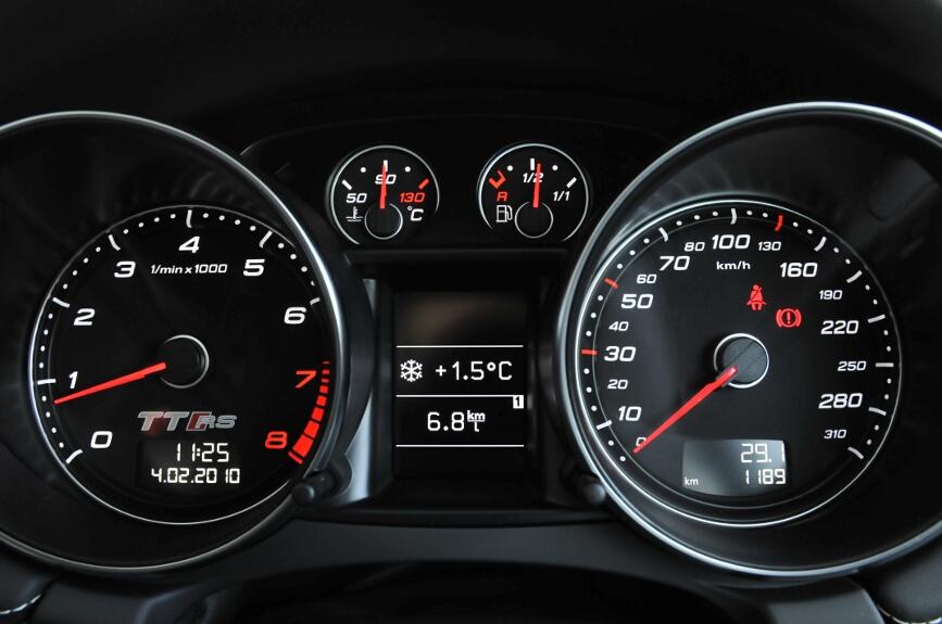 外気温と平均燃費を表示したところ。試乗車のため正確に計測したわけではない