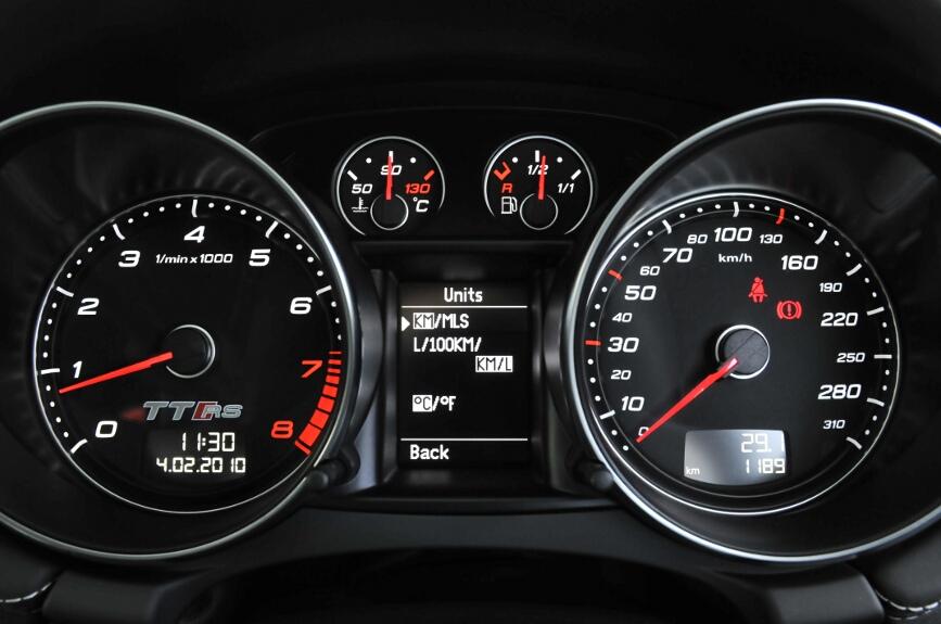 単位をキロ/マイル、温度は摂氏と華氏を切り替えられるほか、燃費表示では日本流のL/kmという表示も選べる