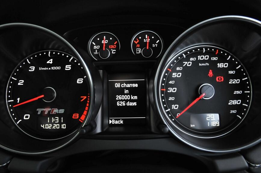 オイル交換はコンピューターが計算して時期を知らせてくれる。現代の欧州車で推奨されるオイル交換間隔は環境保護もあり驚くほど長め