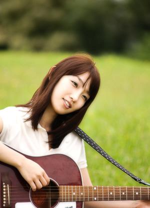 都内ライブハウスや全国のサーキットイベント会場で活躍する、シンガーソングライター「AZUKI(アズキ)」。アコースティックギター「ギブソンJ45」とともに弾き語る