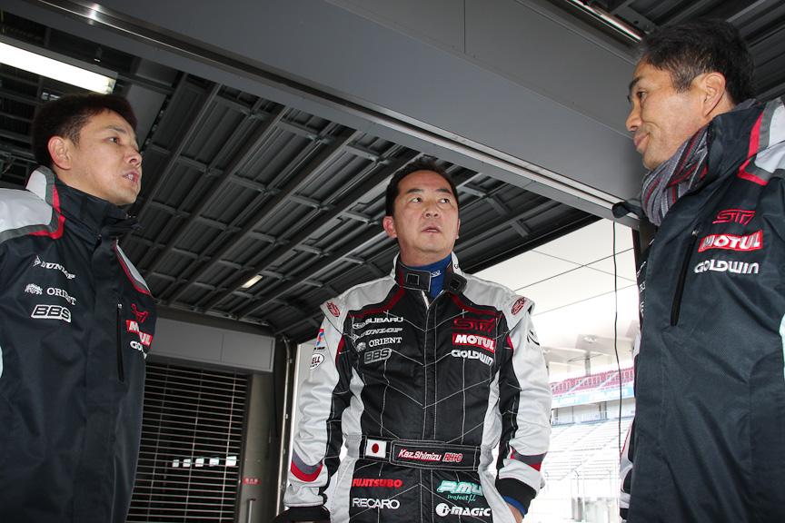ドライバー2人と辰己氏。限られた時間でセッティングを煮詰める