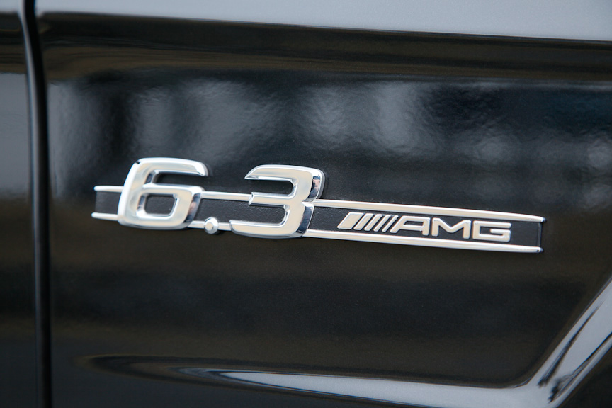 フロントフェンダーには「6.3 AMG」のロゴ