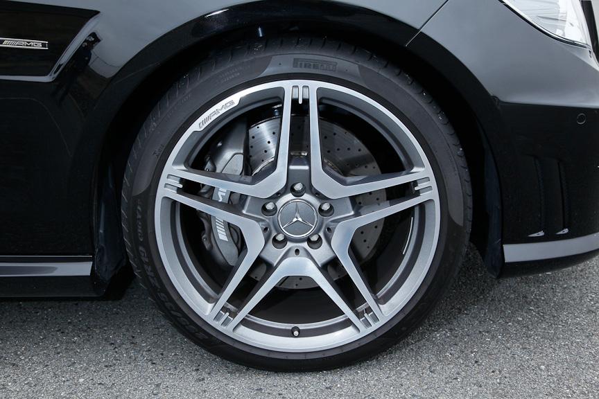 パフォーマンスパッケージに含まれる19インチアルミホイールにフロント255/35 R19、リア285/30 R19サイズのタイヤを組み合わせる