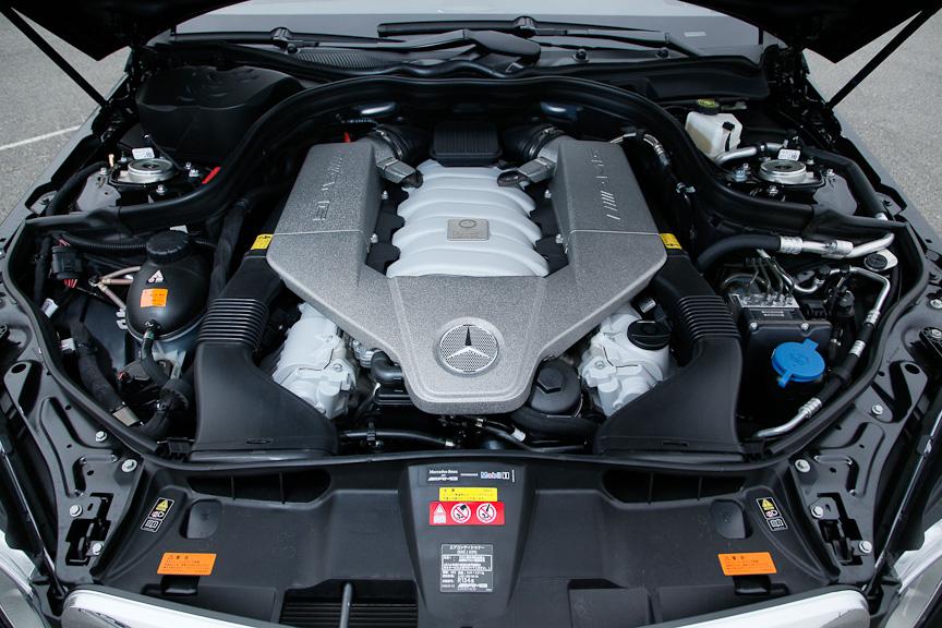 AMG独自開発のV型8気筒DOHC 6208ccエンジン。ヘッドカバーにも高性能の証であるAMGロゴが入る