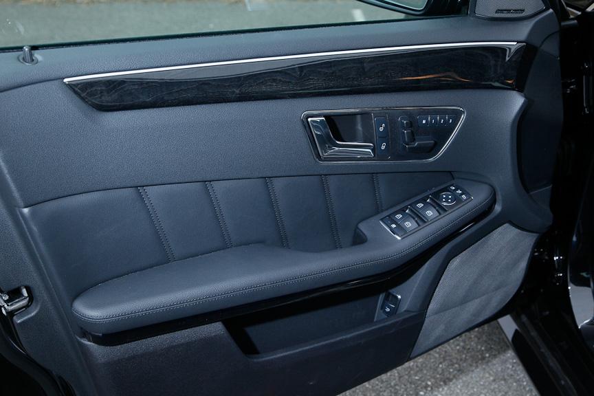 運転席側のドア。ドアロックの解錠/施錠、シートポジション調整および3段階のシートメモリー、ドアミラーの調整、ウインドーの開閉ボタンが備わる