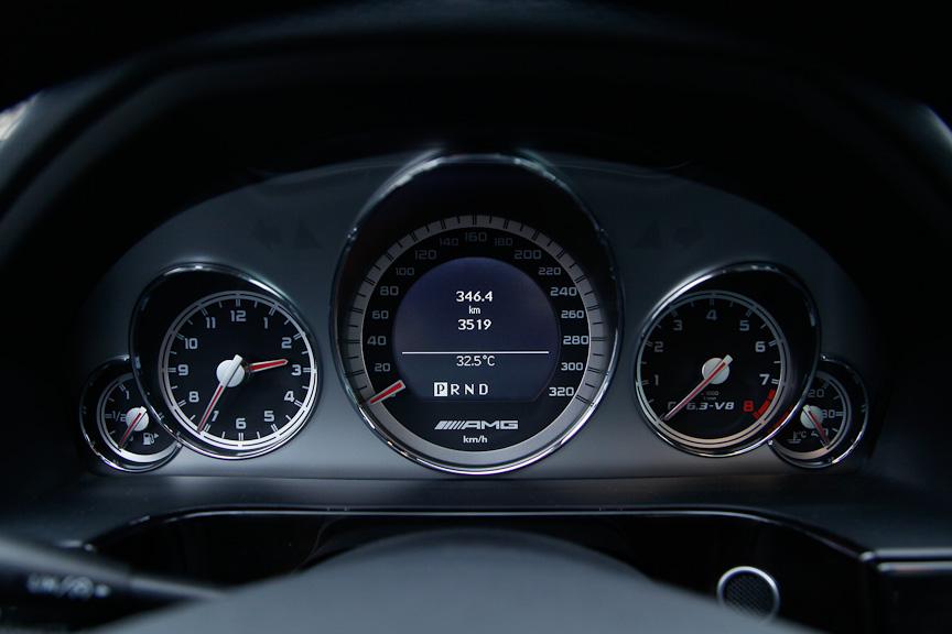 E 63 AMG専用のメーターパネル。320km/hまで刻まれるスピードメーター内部にはマルチファンクションディスプレイを設ける。表示切り替えはステアリングのボタンで操作できる