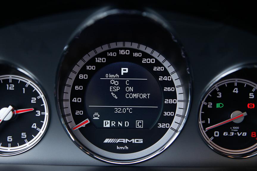 AMGスピードシフトMCTやESP、ダンパーの減衰力の状態表示