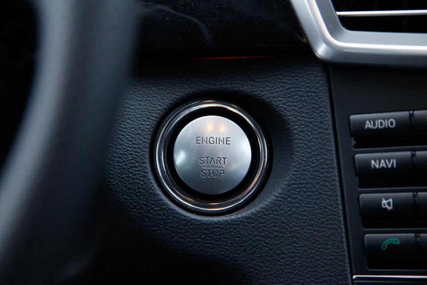 エンジンのON/OFFはプッシュスタートボタンで行う