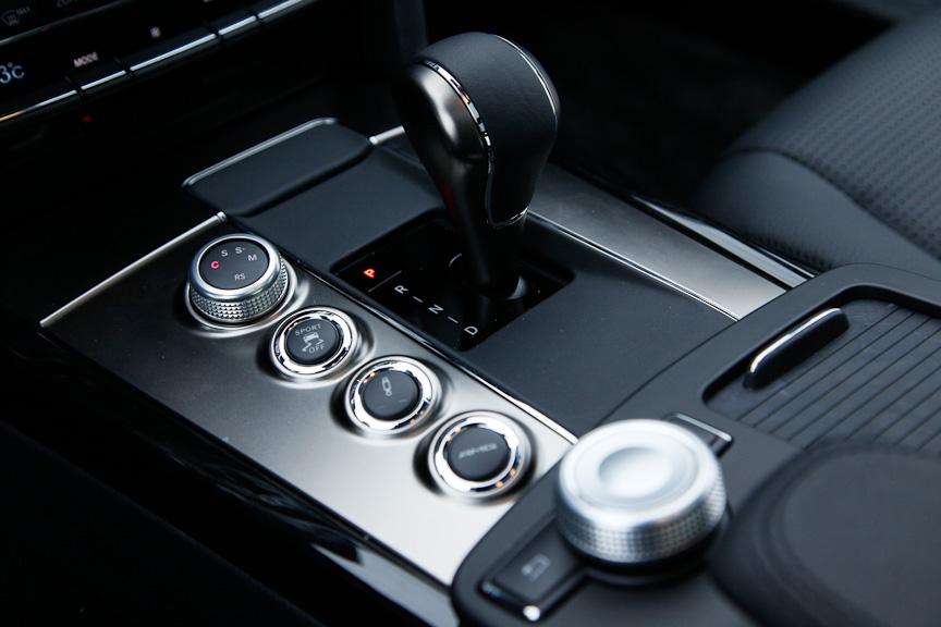 スピーディなシフトチェンジが可能なAMGスピードシフトMCT。その横には走行モード選択スイッチやサスペンションセッティングスイッチ、ESPコントロールスイッチ、AMGセッティングメモリースイッチが備わる
