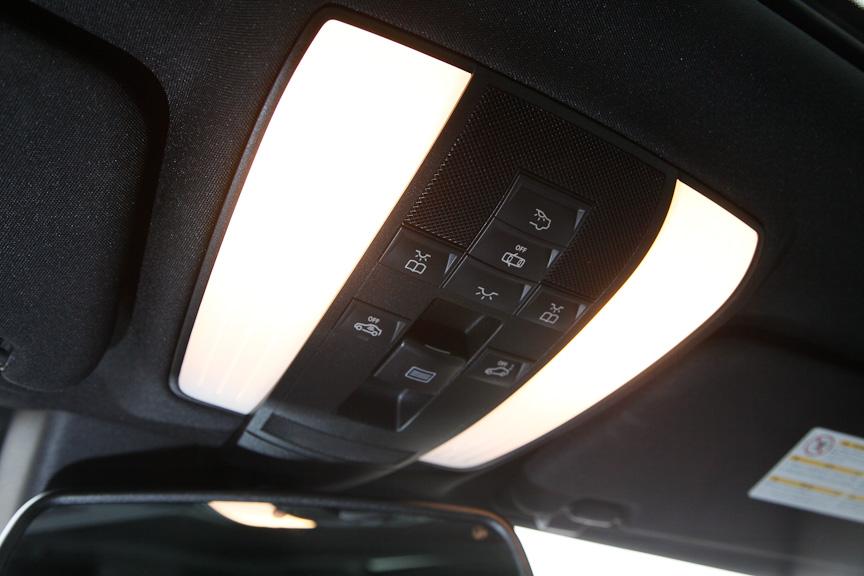 運転席と助手席を照射するルームランプは大型