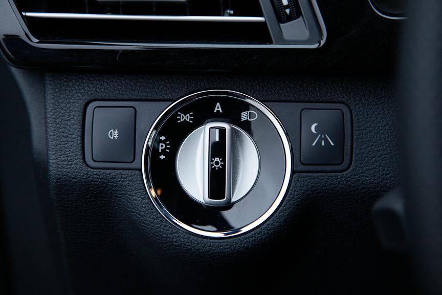 運転席左側にヘッドライトのON/OFF切り替えダイヤル