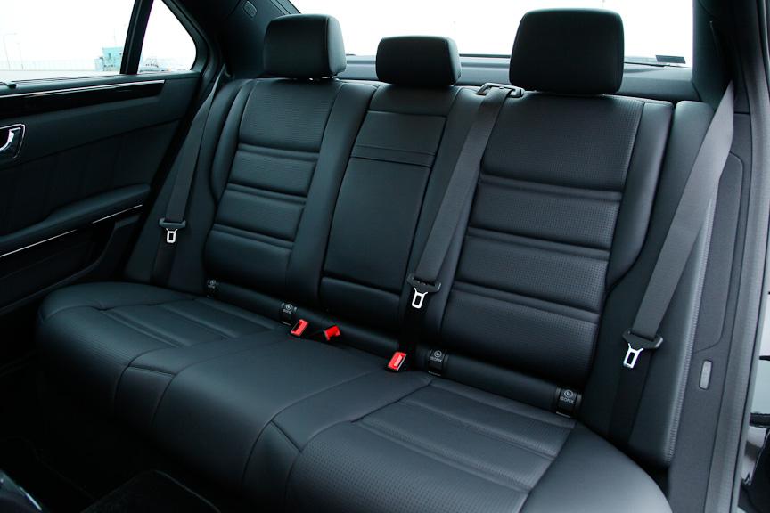 前席にヒートシーター機能を備えるE 63 AMG専用デザインの本革スポーツシート。乗車定員は5名