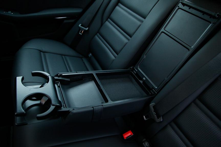 後席のアームレストは収納スペースのほかドリンクホルダーを2個装備する
