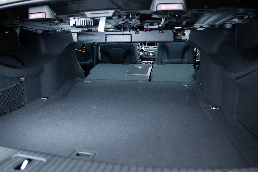 後席は2:1の分割可倒式で、長尺物も積むことができる