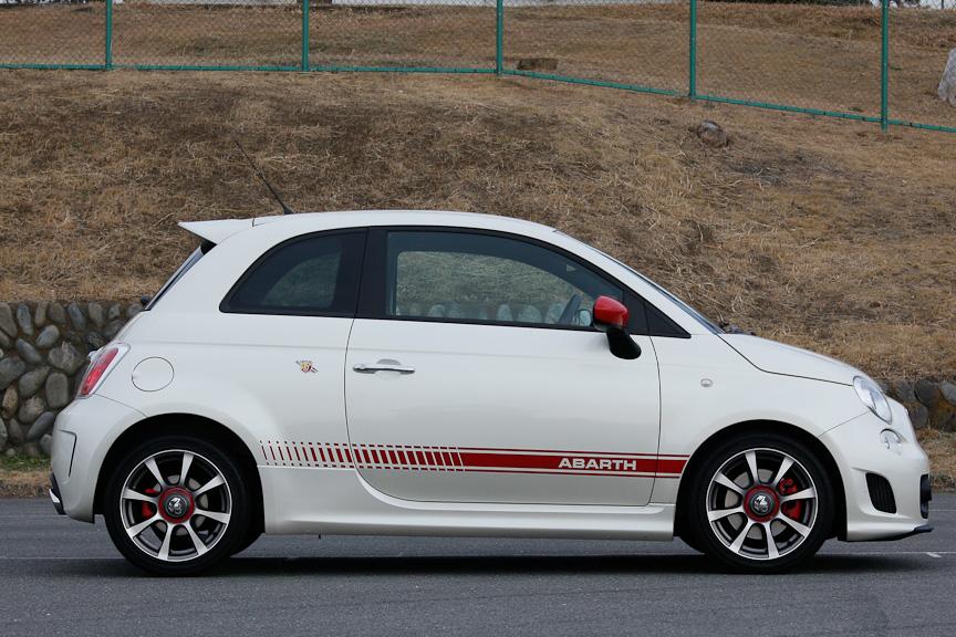ボディーサイズは3655×1625×1515mm(全長×全幅×全高)で、ホイールベースは2300mm。乗車定員は4名。車両重量は1110kg。撮影車両はソリッドホワイト