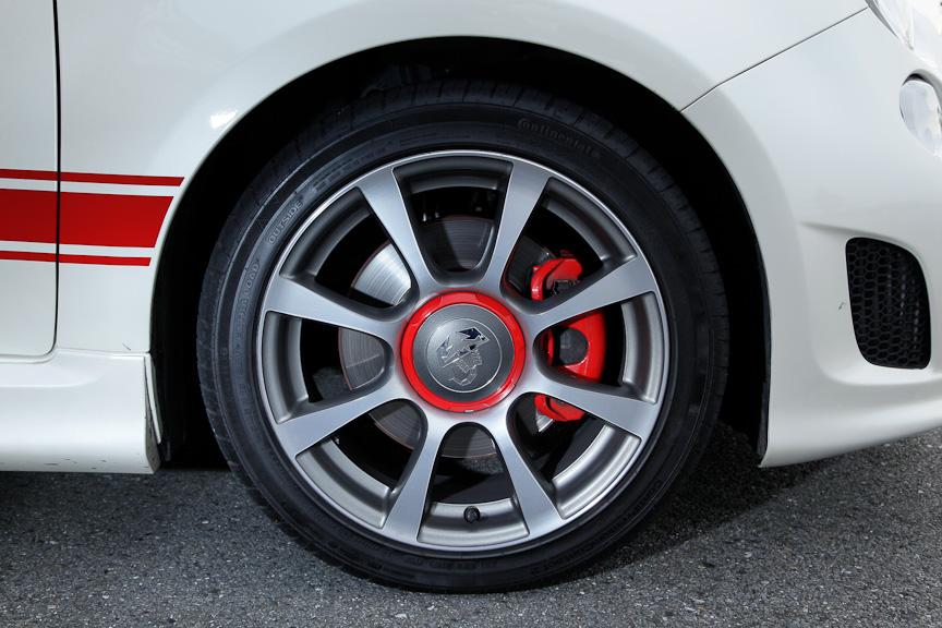 標準装備の16インチアルミホイール(タイヤサイズ:195/45 R16)。オプションで17インチアルミホイール(205/40 R17)も用意される