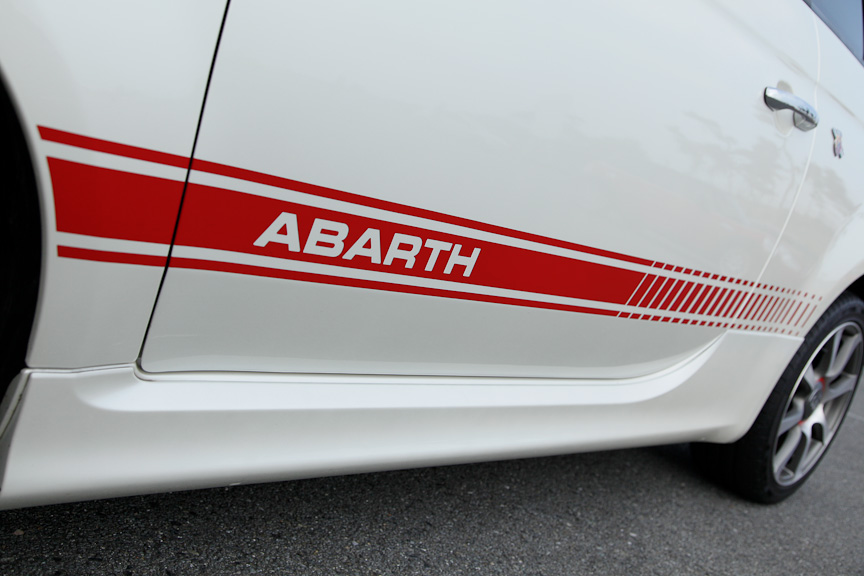 ドアミラーはさりげなく赤い塗装が施される。ボディー側面のABARTHストライプを含め、スポーティ性が高まるアクセントとなっている