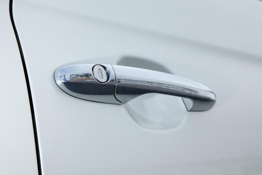 クリーム仕上げのドアハンドルはグリップタイプ