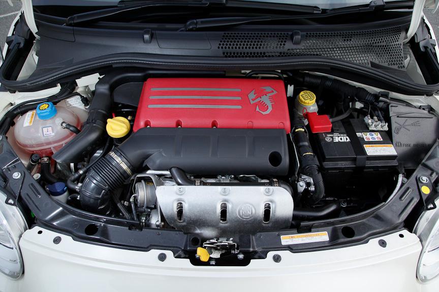 ターボチャージャー付き直列4気筒DOHC 1368ccエンジン。ヘッドカバーも赤い塗装とともにスコーピオンロゴが入る