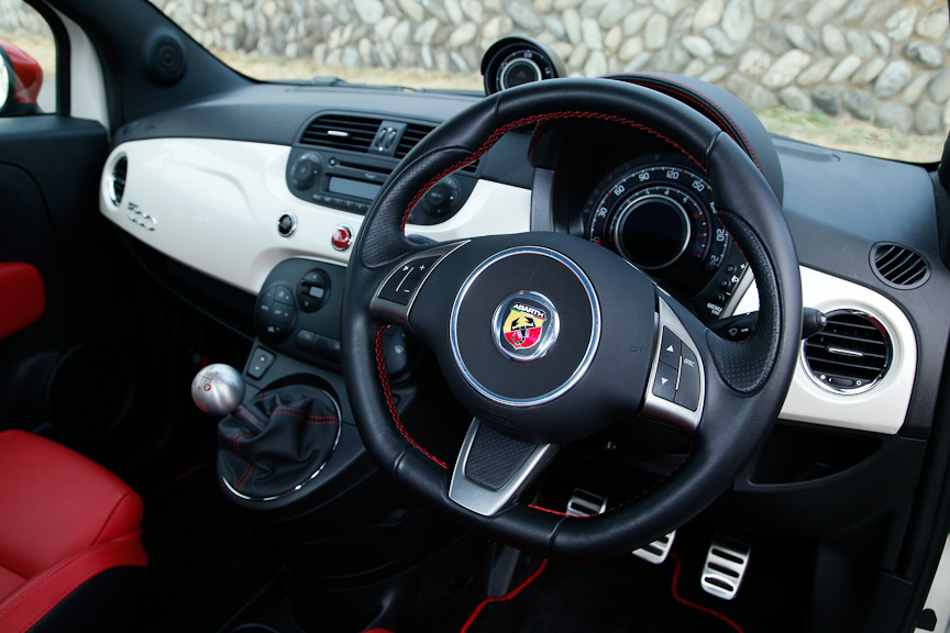 内装はブラックをベースにしながら、インパネ部にホワイトのアクセントを効かすデザイン。ハンドルやシフトカバー、スピードメーターカバー、フロアマットなど、随所に赤いステッチが入る