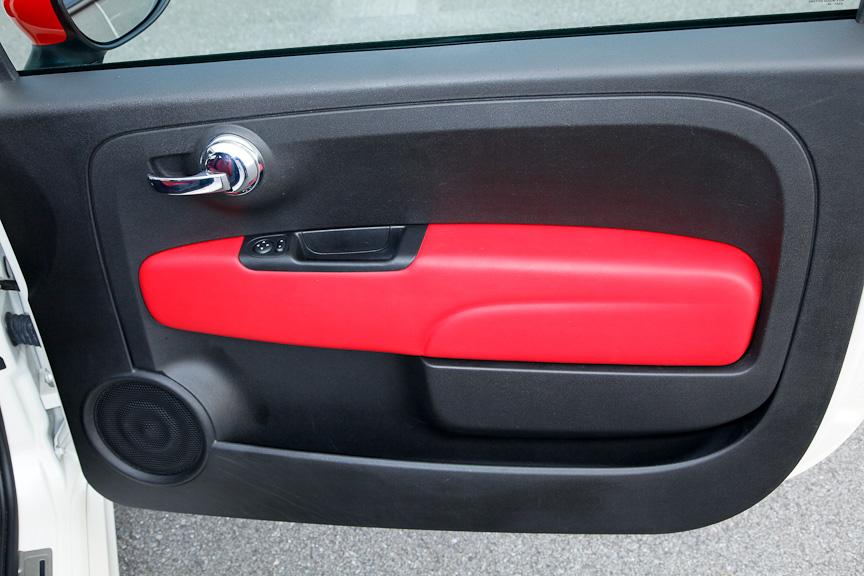 運転席側のドア。ミラー調整スイッチがある程度でシンプルな作り込みだが、ドアトリムにも赤いアクセントが入る