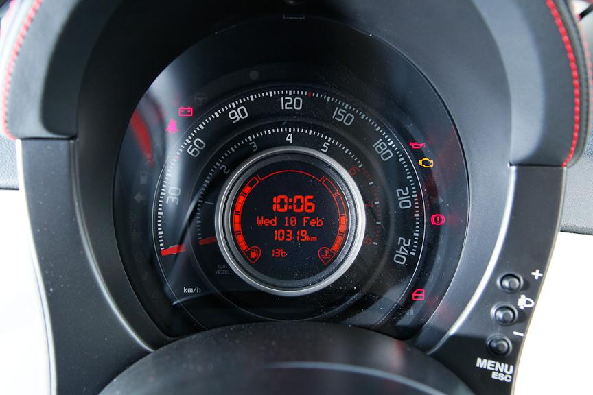 スピードメーターは240km/hまで刻まれ、レブリミットは6000rpmから。中央のマルチインフォメーションディスプレイにはドア、テールゲートモニターや車外ランプバルブモニター、外気温度・時刻・点検時期表示などを行う