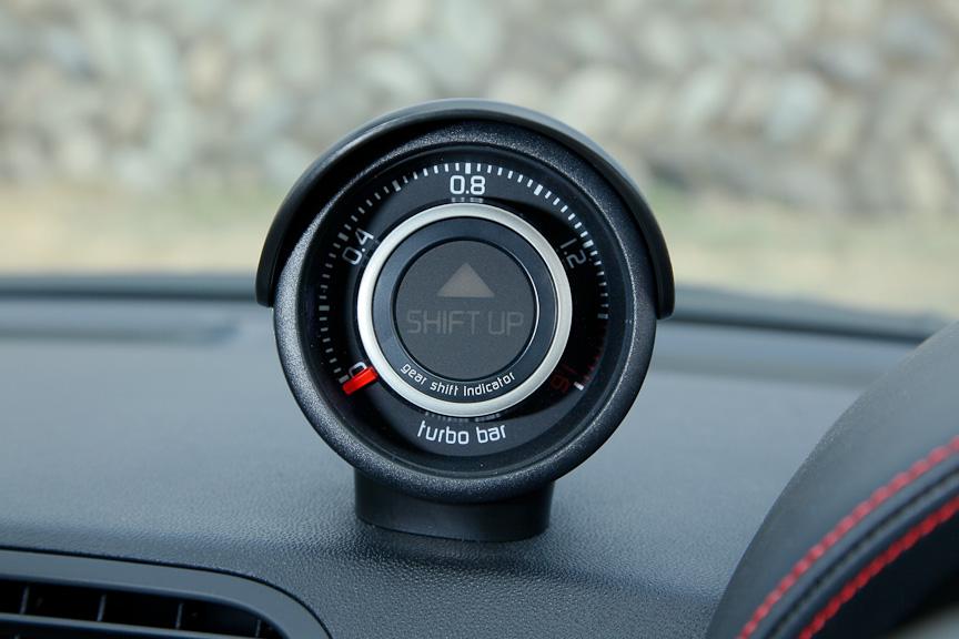 LED表示式のシフトアップインジケーターを内蔵するブースト計は、運転席側に傾けられるとともにフードが被され、視認性に優れるものとなっている