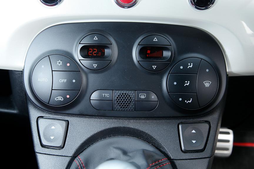 エアコン操作パネル。TTC(Torque Transfer Control:トルクトランスファーコントロール)スイッチをONにすると、駆動輪への駆動トルクの伝達性能を向上し、特にタイトコーナーにおけるコーナリング特性を改善し、車両の安定性を高める