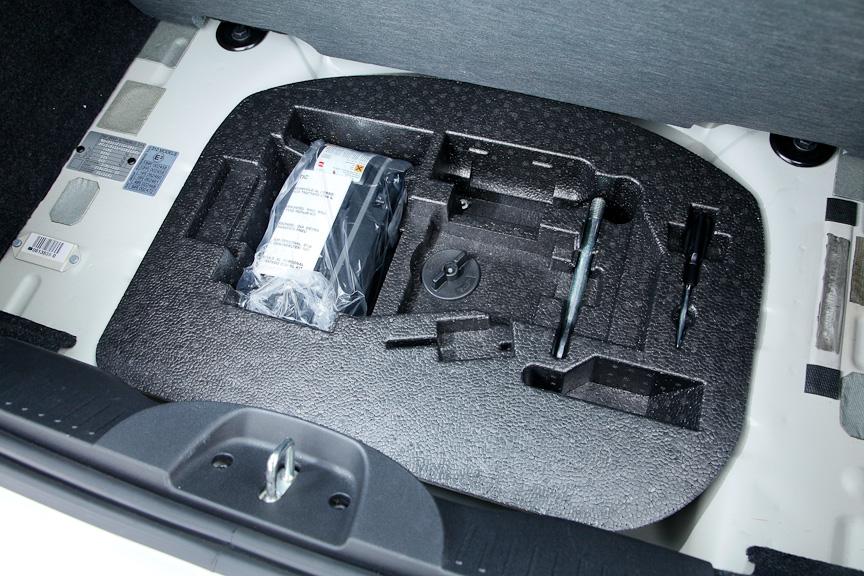 ラゲッジルーム下に用意されるタイヤリペアキットと工具一式。スペアタイヤは備えない