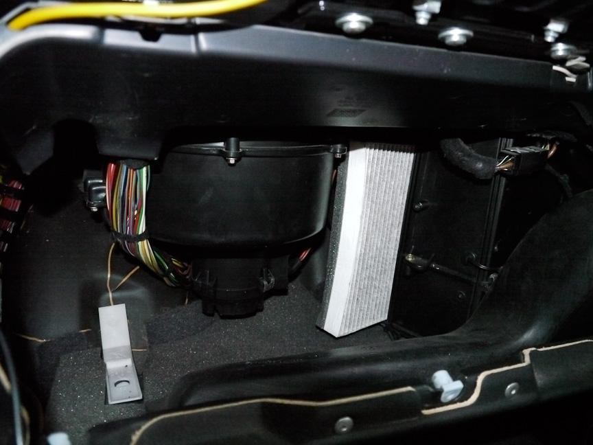 グローブボックスを取り外すと、エアコンユニットが現れる