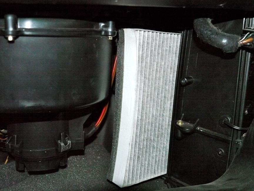 エアコンユニットにフィルターが取り付けられている