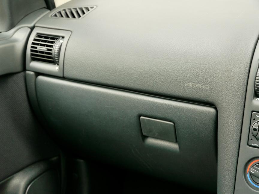 アストラのエアコンフィルターの取り付け位置はグローブボックスの裏