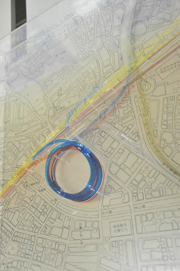 大橋JCTの模型。黄色く左下から右上に走るのが3号渋谷線。青と赤の線でできた大橋JCTが、右上で3号渋谷線と交わっている中央環状新宿線につながる。中央環状新宿線は、写真下のほうに伸びる品川線と2013年度につながる