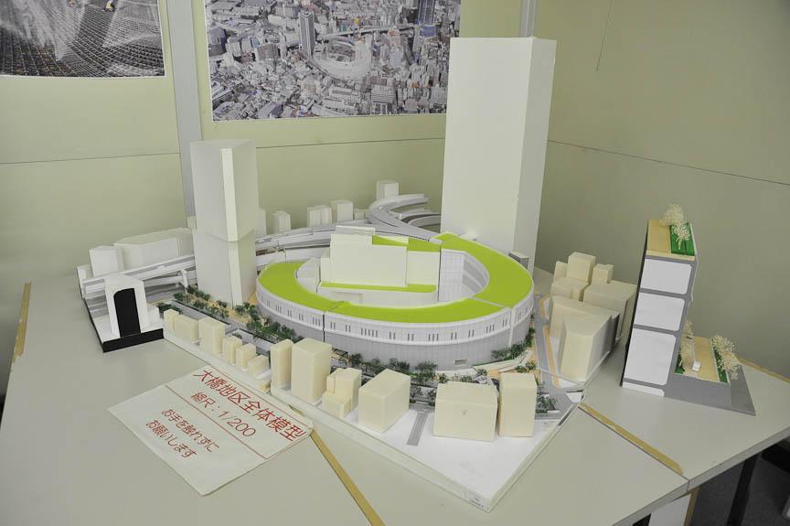 大橋JCTとその周辺の模型。中央のループ状の構造物がJCT。この中を高速道路が通る。その脇の2棟の高層ビルと、JCT上部の公園が都市計画で整備される