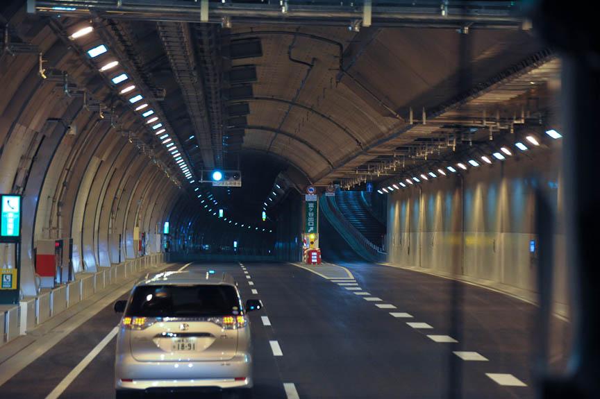 式典会場から内回り車線を大橋JCTへ向かう。右に見えるのが富ヶ谷出口