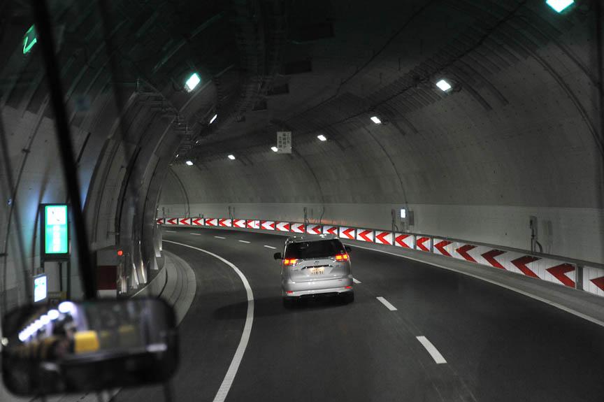 山手トンネル内は見通しの悪いカーブがある