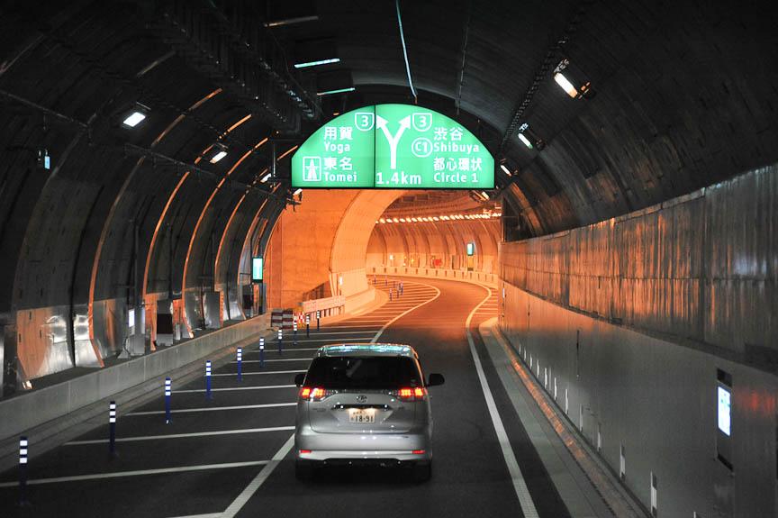 大橋JCTの入口。新宿から3号渋谷線に向かうと、右側が東名、左側が都心環状線(都環)だが、大橋JCT内でのクルマが進む方向は逆になるのに注意