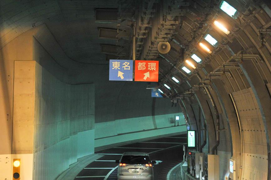 まず天井に車線を示す標識が現れる
