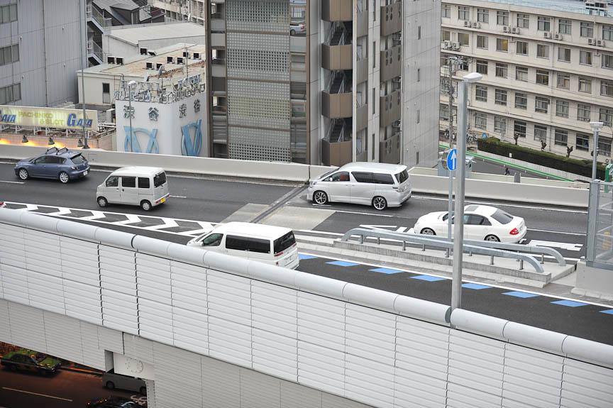 16時には大橋JCTと山手トンネルが開通。まず東名高速側からパトカーに先導された一般車両が大橋JCTに流入(左と中の写真)。15分ほど後には山手トンネル方面からの車両が、大橋JCTから3号線への出口に姿を表した(右の写真)