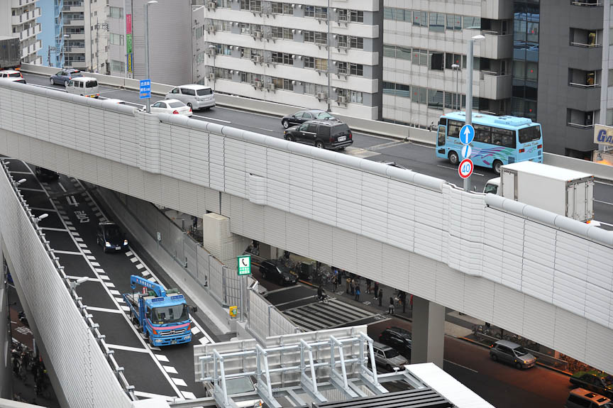 下の道路が3号線から大橋JCTへの入口、上が大橋JCTから3号線の東名方向への合流部