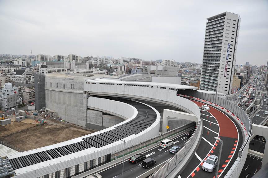 3号線を挟んで大橋JCTを見る。手前の道路が3号線で、向こう側が東名方面。その上、手前にクルマが向かってくる赤い車線が、山手トンネルから3号線都心方向へのランプ