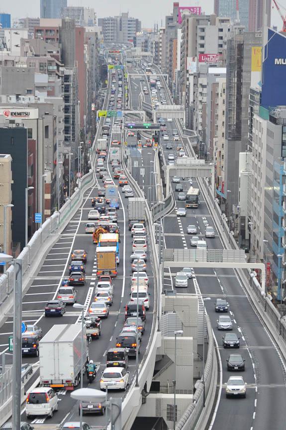 大橋JCT前から3号線を東名方向に見たところ。写真中央、右車線(都心方向)の中央寄りの分岐が大橋JCTへの入口。都心から大橋JCTへよりも、東名側から大橋JCTへ入る車両が目立った