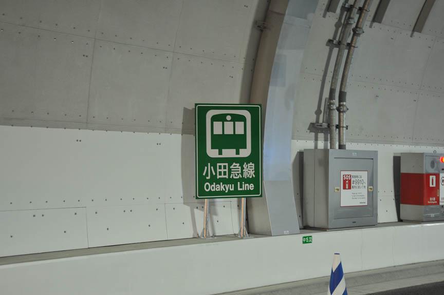 山手トンネルは多くの鉄道と交差する