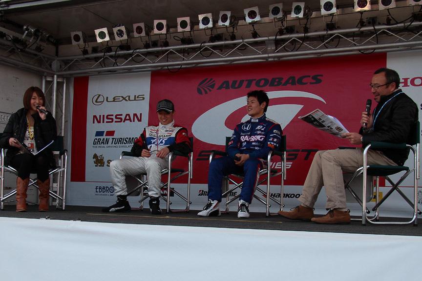 オフィシャルステージでは安田裕信選手山本尚貴選手のトークショーが行われていた