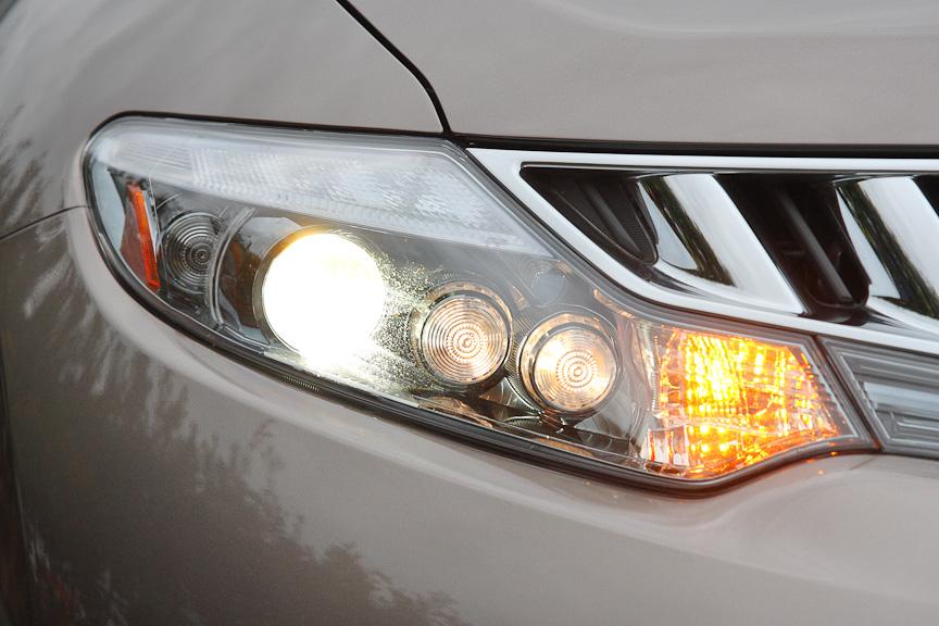 ヘッドライトはプロジェクタータイプのHIDを採用