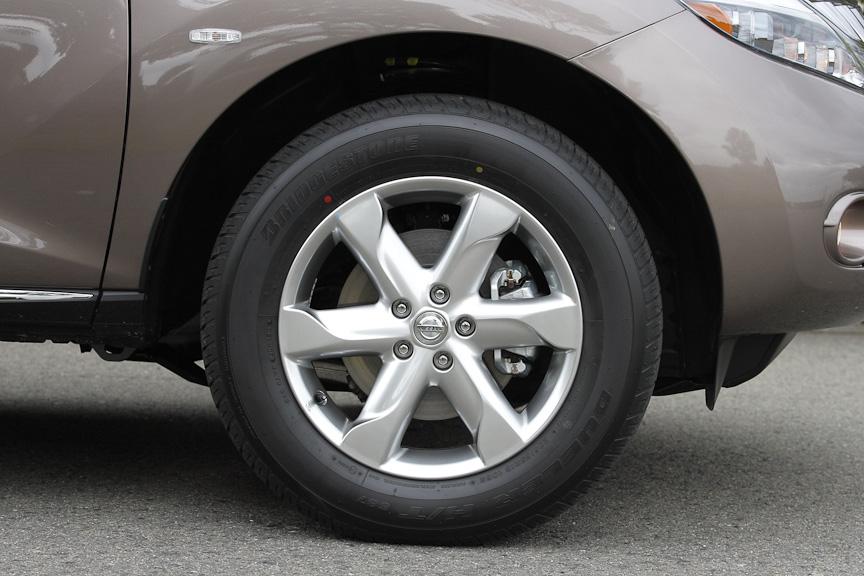 18インチアルミホイールは、250XLと意匠は同じものの金属調塗装タイプとなる