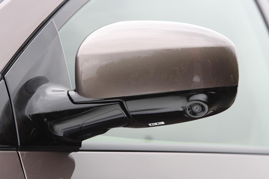 左ドアミラーにはサイドブラインドモニター用カメラを内蔵。近赤外線LED+高感度CCDカメラで夜間でも視界を確保