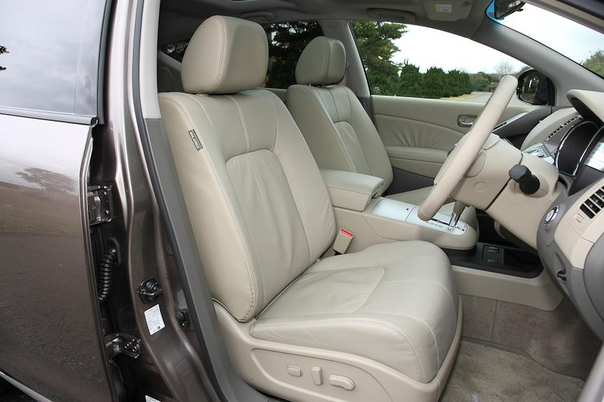 250XVは標準で本革シートとなる。前席にはシートヒーターを内蔵