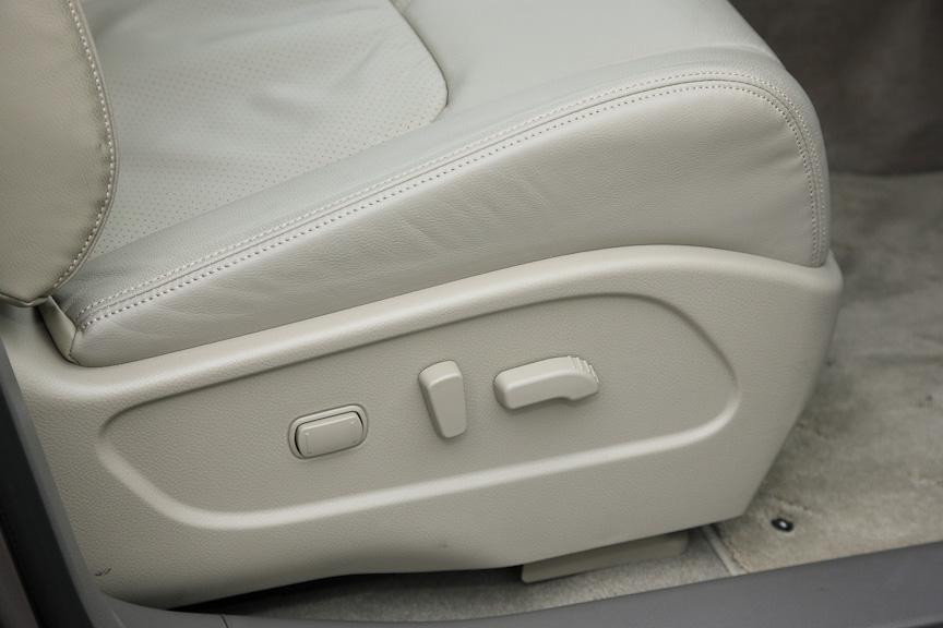 運転席はスライド、リクライニング、リフター、サイサポート、ランバーサポートの調整が可能