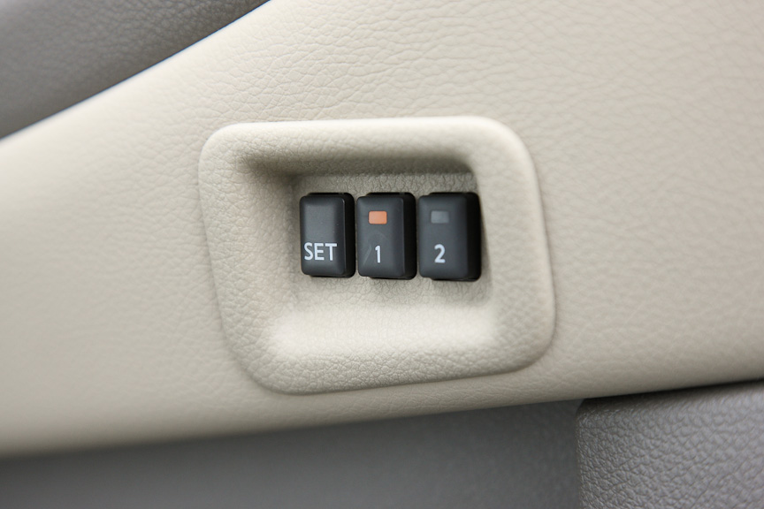 シートやステアリング、ドアミラーの位置を自動で調整するパーソナルドライビングポジションメモリーシステム。インテリジェントキーとも連動する